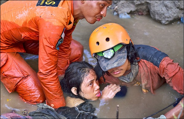 People were rescued from a collapsed home in Palu City, the earthquake-stricken area of Sulawesi, Indonesia. The affected people have been scared of the six gods (Photo reprinted from the Associated Press)