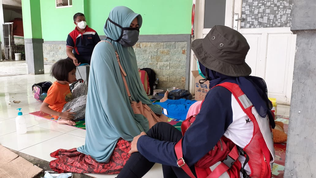 More Indonesian Red Cross ambulance and medical crews have arrived to treat people injured following the destructive earthquake that hit West Sulawesi, Indonesia.  Photo credit:  IFRC