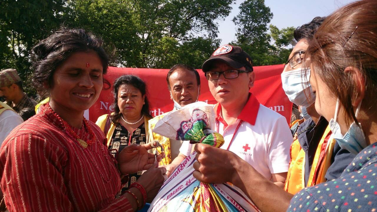 中華民國紅十字會總會--【救援團隊至尼泊爾山區發放白米、鹽、肥皂、水桶等物資】